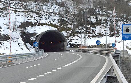 Señalización y barreras en la entrada de túnel